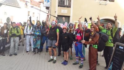 Les participants déguisés devant l'office du tourisme de Chorges